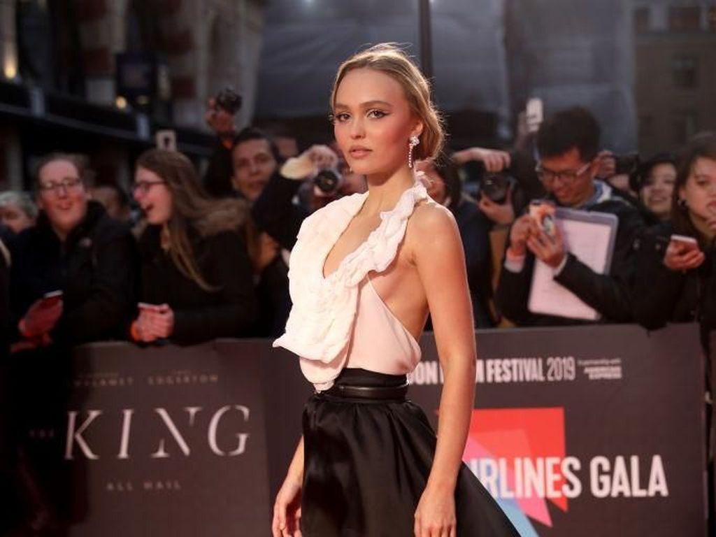 Biasa Mewah dan Dituruti, Lily-Rose Depp Merasa Sulit Jadi Anak Johnny Depp