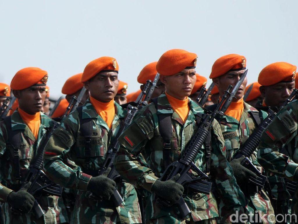 Momen Jokowi Salami Prajurit di Akhir Upacara HUT ke-74 TNI