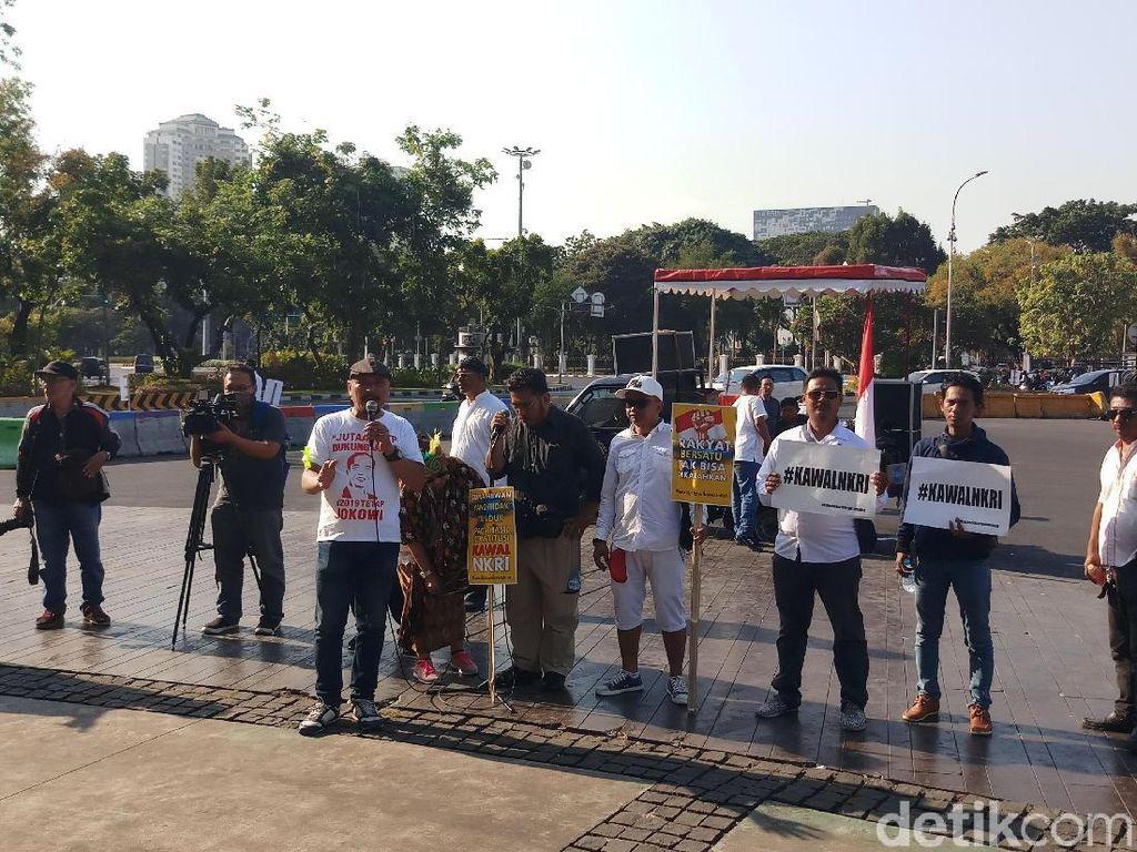 Puluhan Massa Demo di Depan Istana, Serukan Kawal NKRI