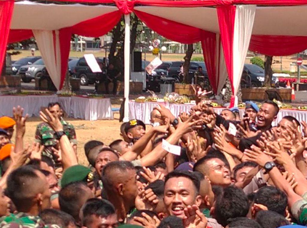 Ada Aksi Sawer Uang di HUT Ke-74 TNI di Kompleks DPR