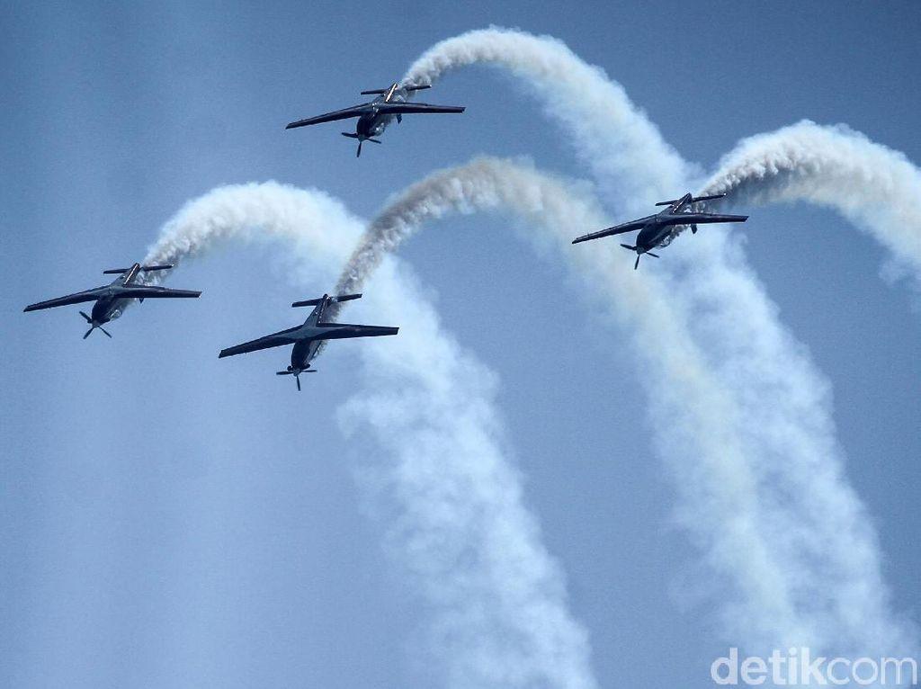 Tim Aerobatik TNI AU Meliuk-liuk di Udara