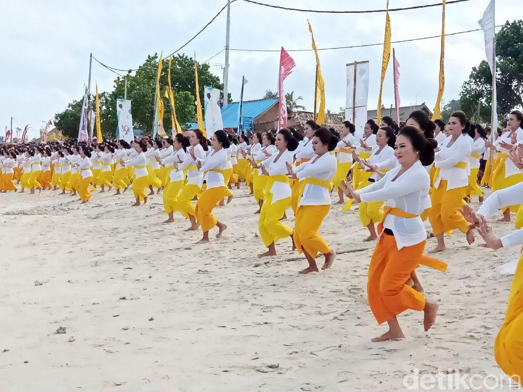 Tarian Sakral Meriahkan Pembukaan Nusa Penida Festival