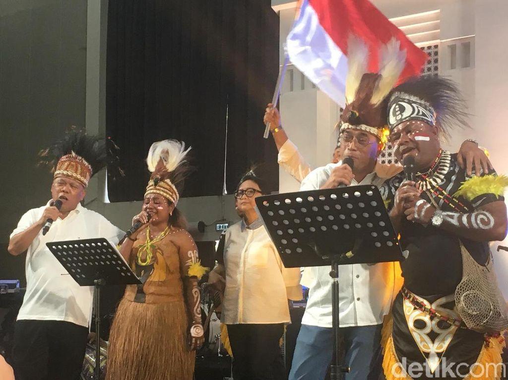 Bangun Persatuan, Menteri Jokowi Nyanyi Bareng Warga Papua