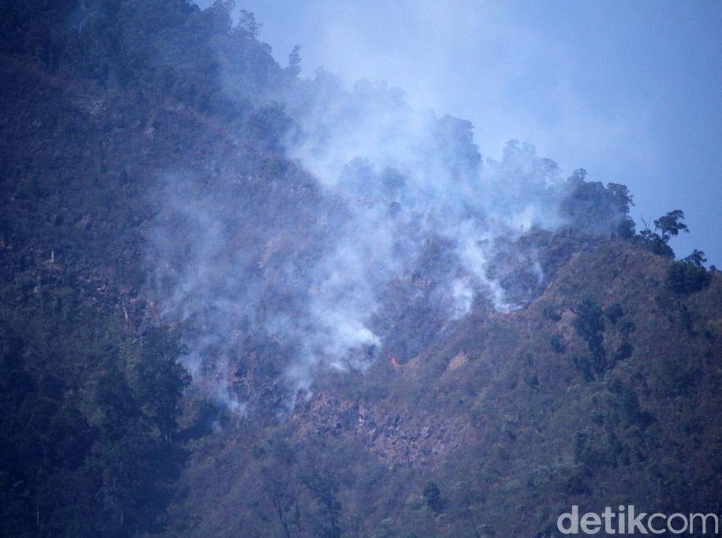 Penampakan Kepulan Asap Kebakaran di Gunung Malabar Bandung