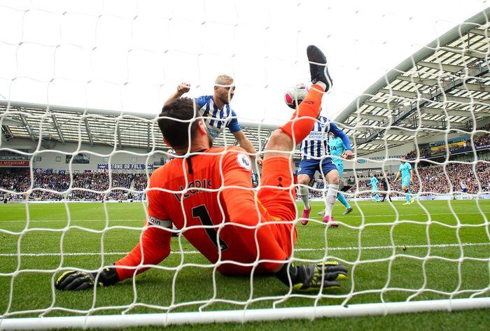 Hugo Lloris jatuh saat akan menghalau bola dengan kedua tanggannya di Amex Stadium, Brighton, Sabtu (5/10/2019). Bryn Lennon/Getty Images.