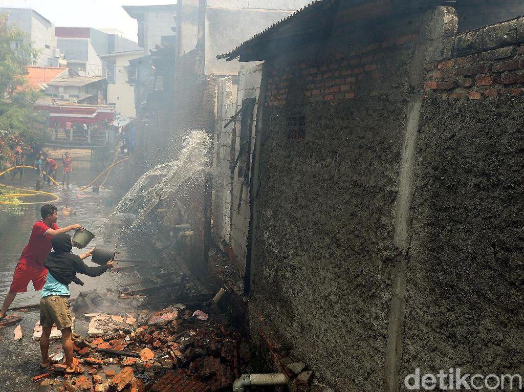 Potret Dramatis Warga Taman Sari Gotong-royong Padamkan Kebakaran
