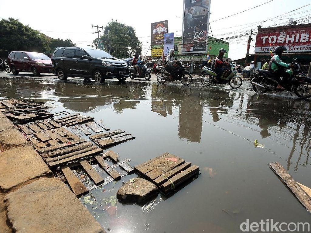 Potret Kumuhnya Jalan Raya Pondok Gede Kota Bekasi