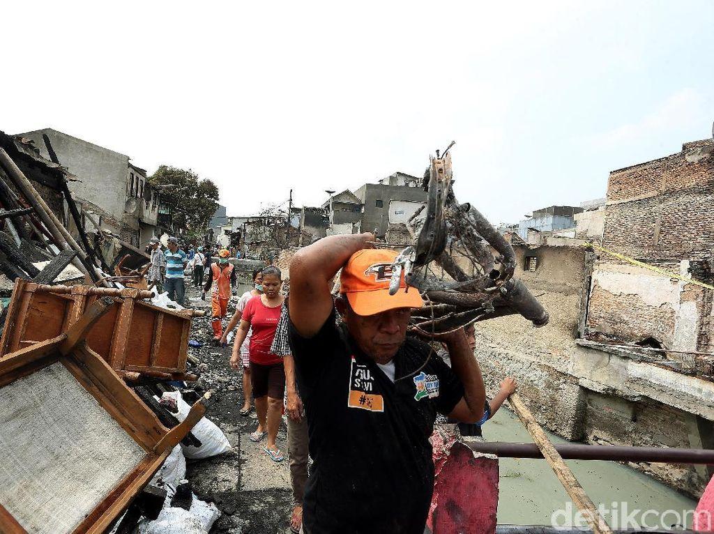 Rumahnya Habis Dilahap Api, Warga Taman Sari Bebersih Puing-puing