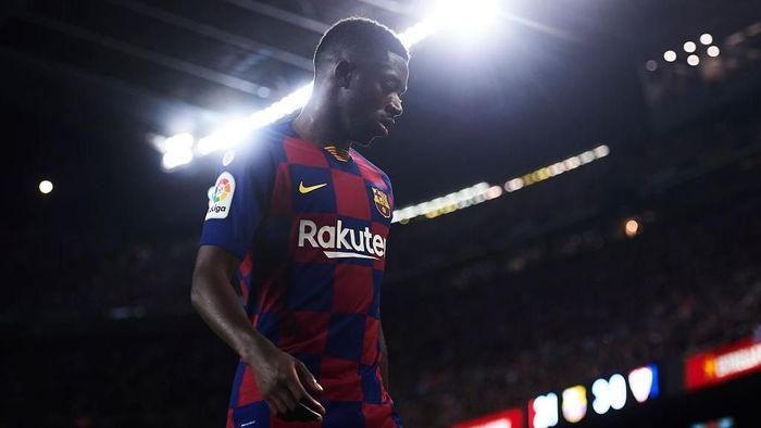 Ousmane Dembele ditantang mempertahankan posisi di tim inti Barcelona. (Foto: Aitor Alcalde / Getty Images)