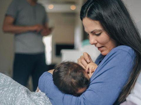 5 Cara Mengatasi Bengkak Payudara Saat Menyapih Si Kecil