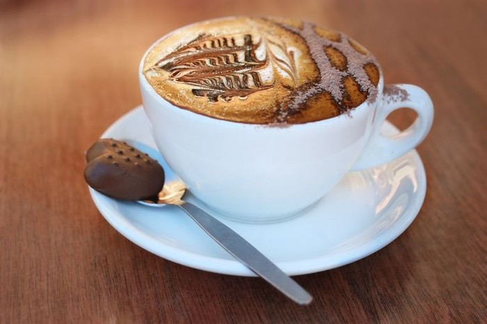 Cafe Mocha - Karena jenis kopi ini mengandung coklat, jadi secangkir cafe mocha mengandung 197 kalori. Jika cafe mocha dibeli dari coffee shop kandungan kalorinya bahkan lebih banyak.Walaupun itu mengandung susu rendah lemak, kalori yang terkandung bisa mencapai 250 kalori. Foto: iStock/istimewa