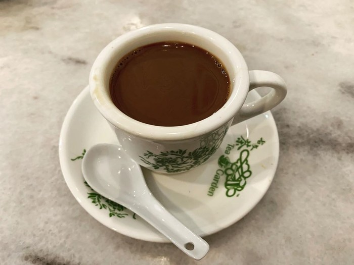 Kopi O - Mungkin kamu berpikir kamu aman saat memesan kopi O? Tapi faktanya tidak begitu, karena kebanyakan coffee shop akan menambahkan gula ke dalam secangkir kopi O, dan membuat kopi O mengandung sebanyak 85 kalori. Foto: iStock/istimewa