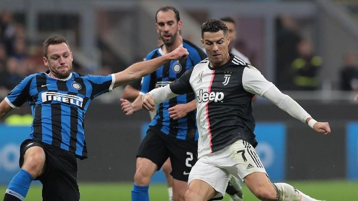 MILAN, ITALY - OCTOBER 06:  Cristiano Ronaldo of Juventus scores his goal that will be disallowed during the Serie A match between FC Internazionale and Juventus at Stadio Giuseppe Meazza on October 6, 2019 in Milan, Italy.  (Photo by Emilio Andreoli/Getty Images)