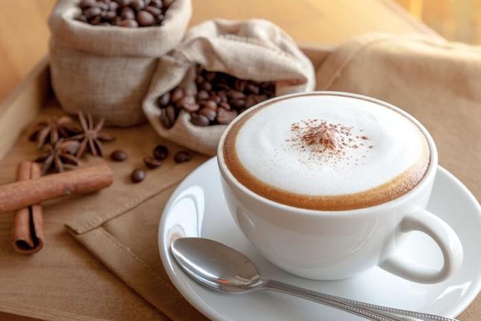 Cappuccino - Tinggi rendahnya kalori yang dimiliki dari secangkir cappuccino adalah dari jenis susu yang dipakai. Jika memakai susu full cream secangkir cappuccino mengandung 150 kalori. Lalu jika menggunakan susu skim, mengandung 68 kalori, dan jika menggunakan susu almond hanya mengandung 30 kalori per cangkirnya. Foto: iStock/istimewa