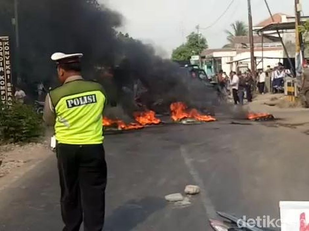 Protes Limbah Pabrik Cemari Sungai, Warga Pasuruan Blokir Jalan