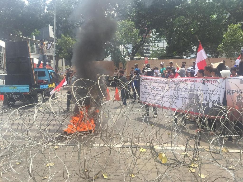 Gelar Aksi di Depan KPK, Massa Tutupi Jalan dan Bakar Ban