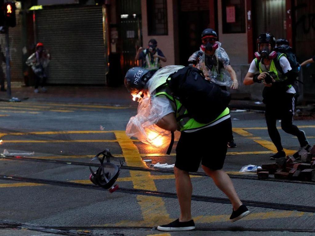 Seorang Jurnalis Kena Bom Molotov Saat Meliput Demo Hong Kong