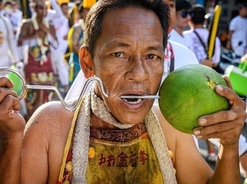 Foto: Festival Vegetarian dan Tusuk Pedang di Pipi