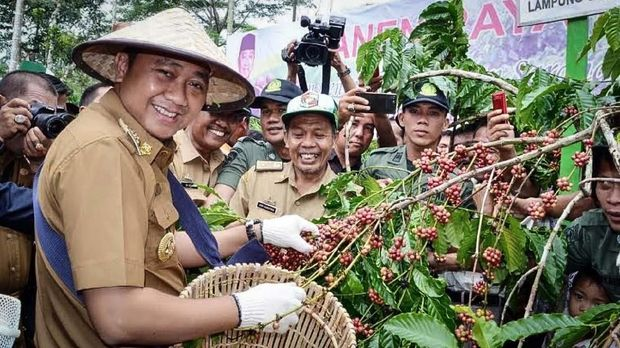 Agung Ilmu Mangkunegara, Bupati Kabupaten Lampung Utara, ditetapkan sebagai tersangka suap oleh KPK.