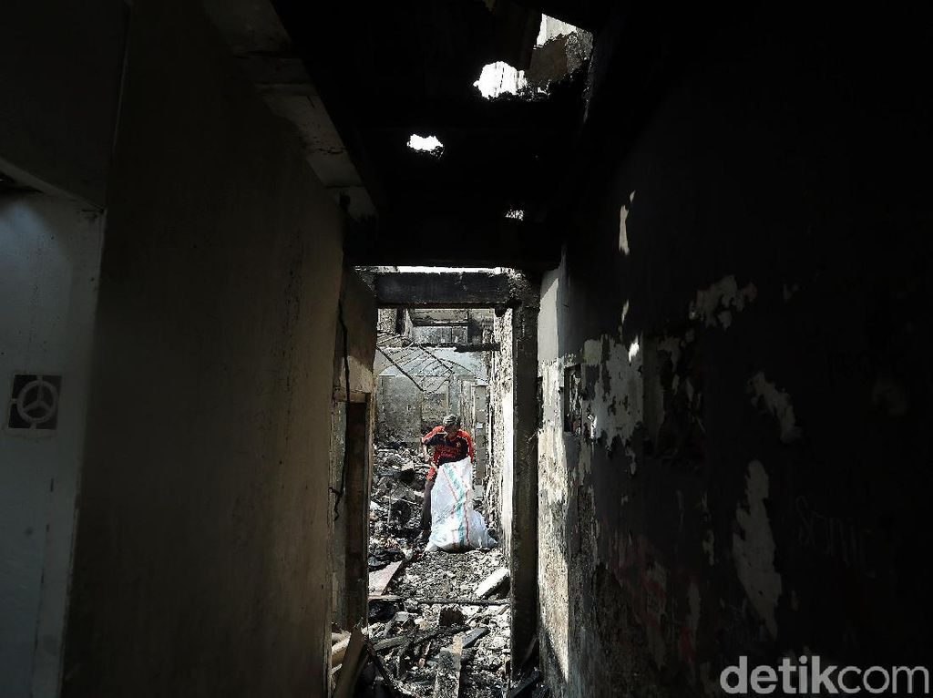 Warga Taman Sari Bersihkan Puing-puing Sisa Kebakaran