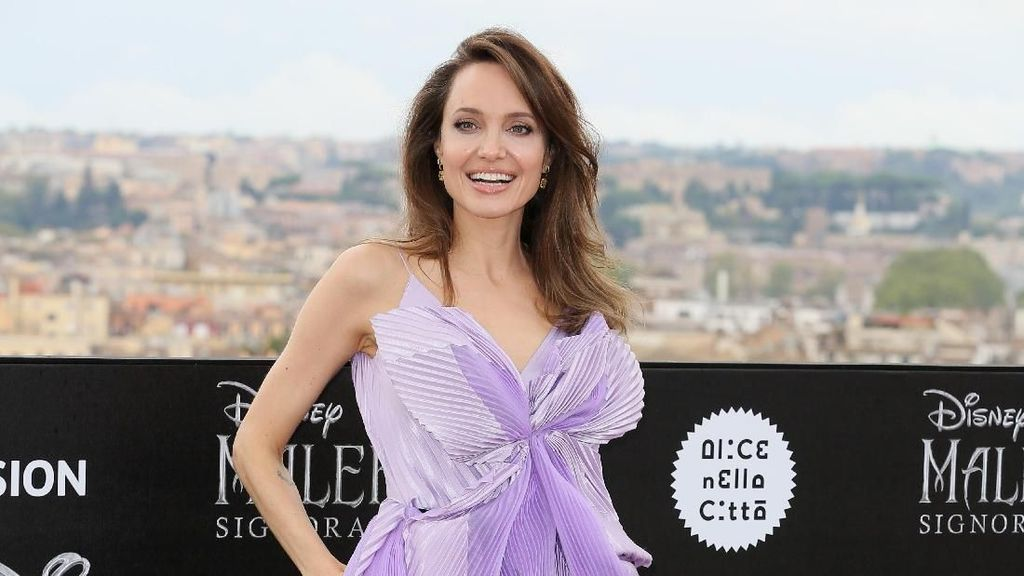 Foto: Gaya Dramatis Angelina Jolie saat Sesi Foto Maleficent 2 di Roma