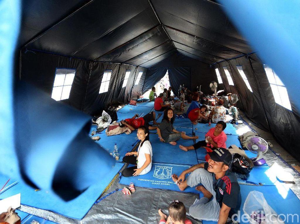 Warga Korban Kebakaran Taman Sari Ngungsi di Tenda Darurat