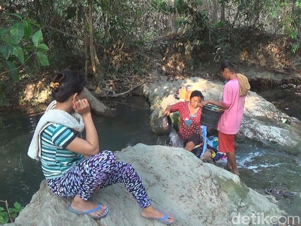 Krisis Air Bersih, Warga Jombang Terpaksa Manfaatkan Air Sendang