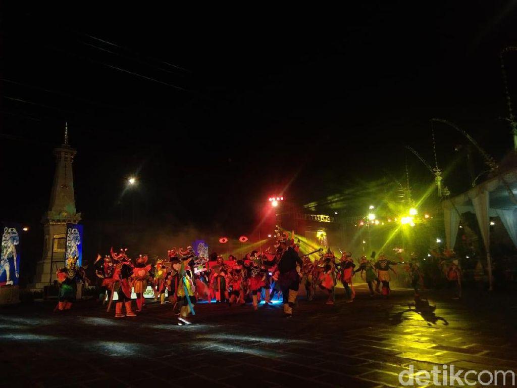 Ribuan Warga Tumpah Ruah Nonton Wayang Jogja Night Carnival