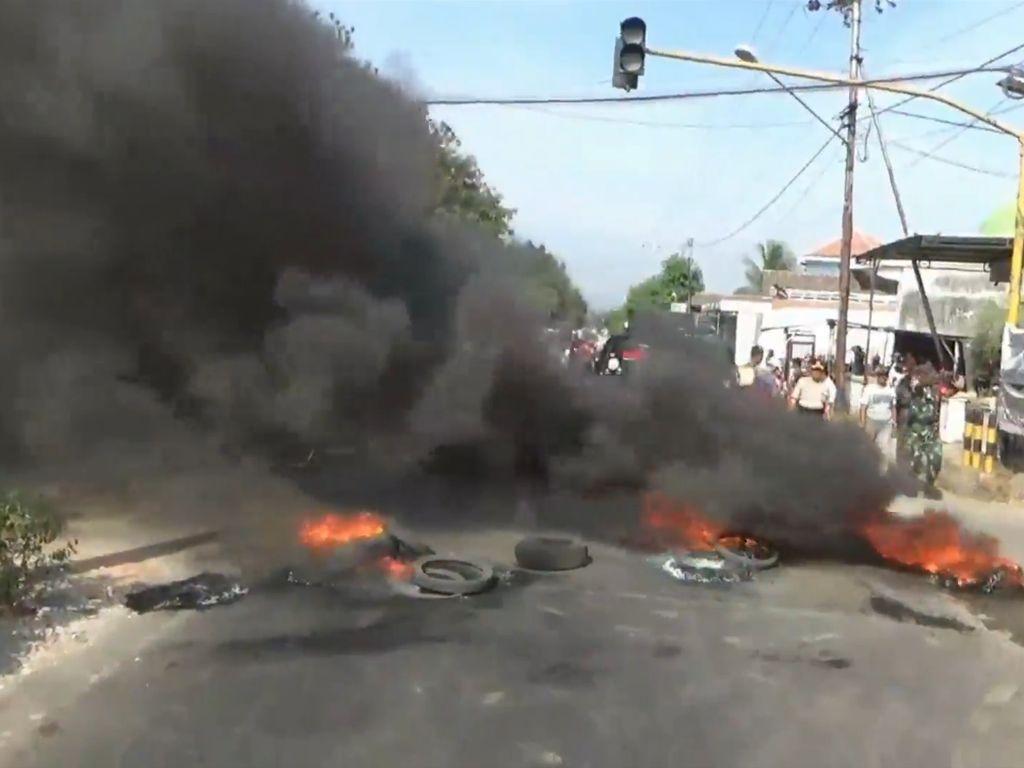 Protes Sungai Tercemar, Warga Pasuruan Bakar Ban di Jalanan