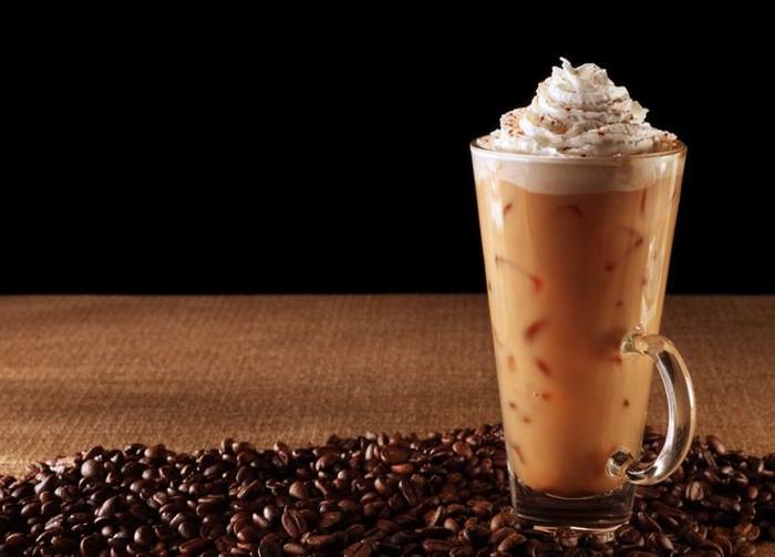 Es Kopi - Kalori segelas es kopi tergantung dari campuran yang dipakai. Mulai dari susu, whipped cream, hingga frappucino. Kopi dengan topping whipped cream mengandung 101 kalori hanya dengan menambahkan 2 sdm saja. Jika kopi dengan tambahan frappucino maka mengandung 140 kalori. Foto: iStock/istimewa