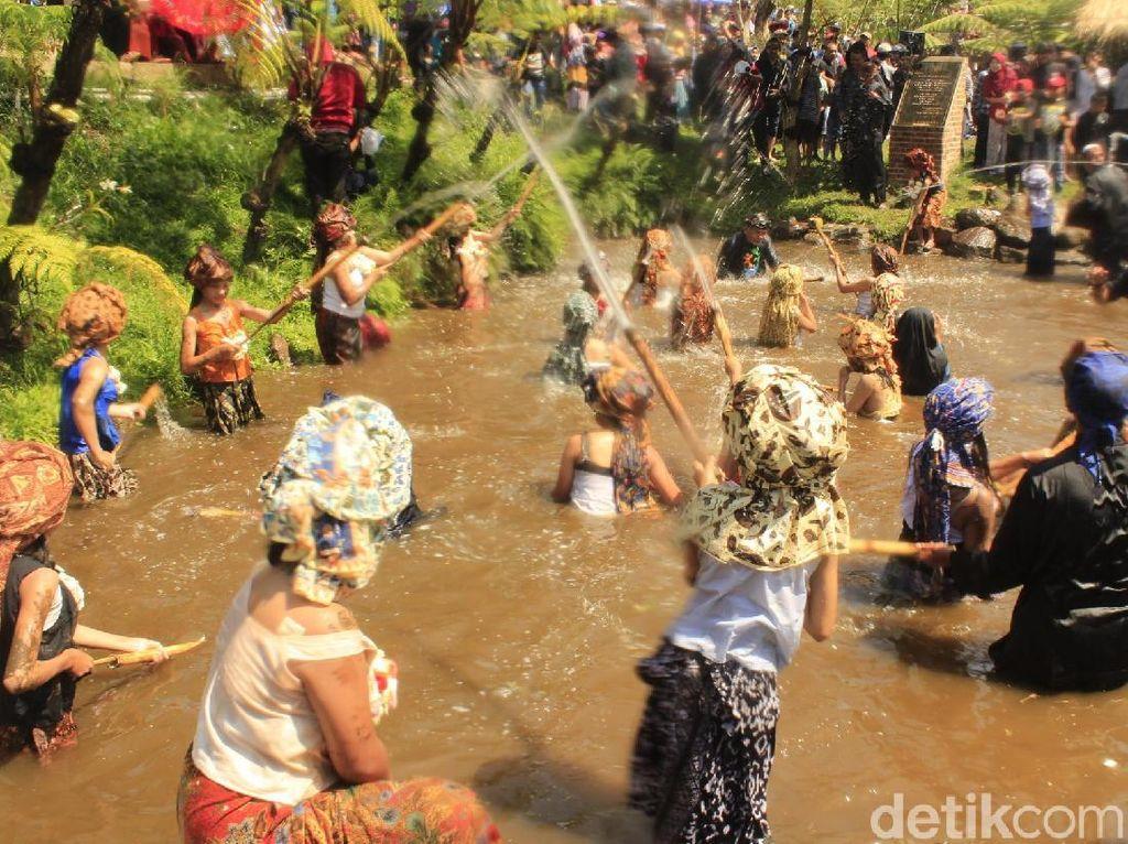 Ritual di Bandung Barat: Basah-basahan Sampai Kerasukan