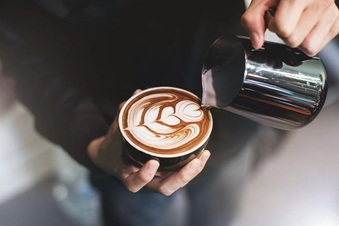 Latte - Secangkir kecil latte mengandung susu kurang lebih sebanyak 220 ml. Jika Anda menikmati secangkir latte tanpa gula, kalori yang terdapat pada jenis kopi ini sebesar 120 kalori. Jumlah kalori tersebut sangat ideal untuk ukuran makanan ringan. Namun, jika Anda menambahkan gula, maka jumlah kalori akan bertambah sebesar 16 kalor per 1 sendok teh. Foto: iStock/istimewa