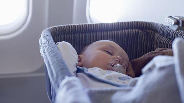 ilustrasi bayi di baby bassinet pesawat