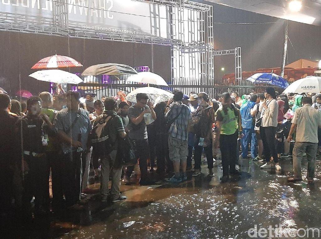 Hujan Turun Jelang Konser Shawn Mendes, Fans Tetap Antusias