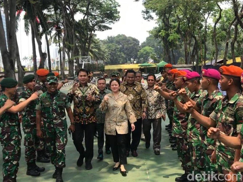 Saat Puan Semangati Personel TNI-Polri yang Amankan Gedung DPR