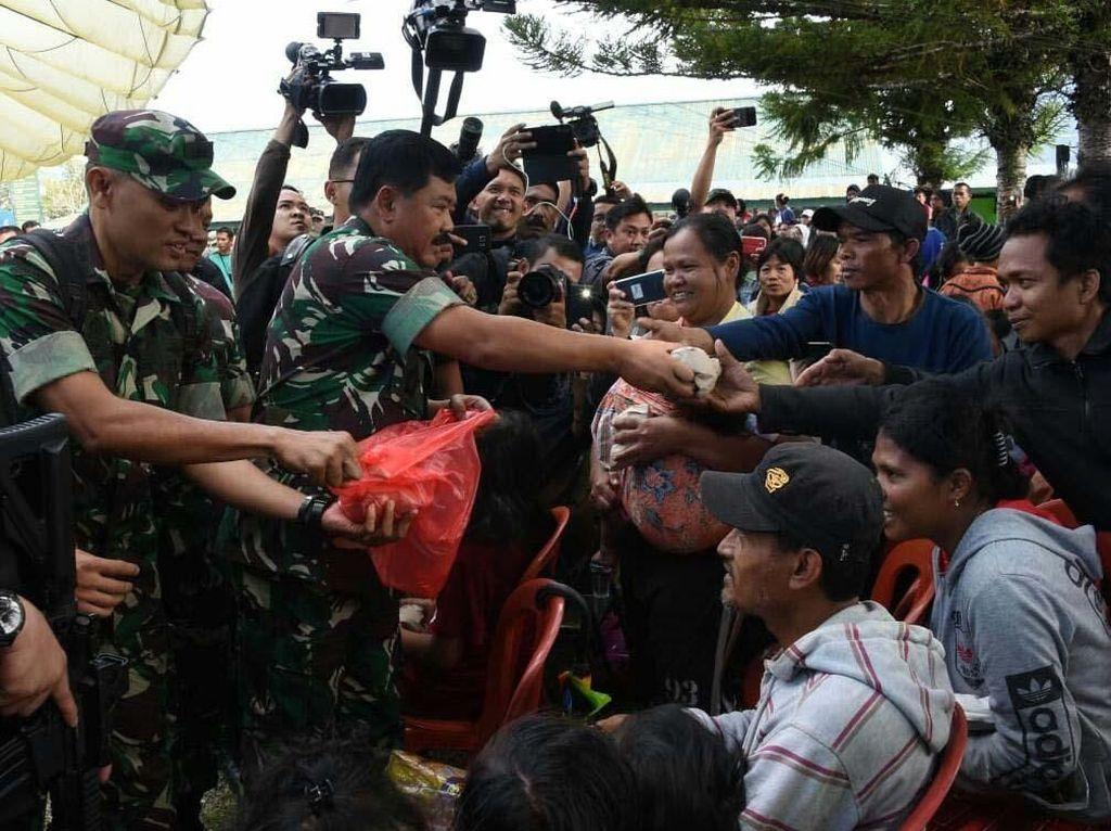 Panglima TNI Bagikan Nasi Bungkus ke Pengungsi Wamena