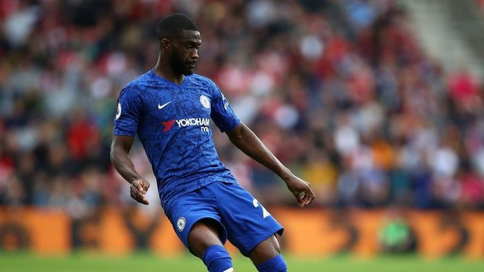 SOUTHAMPTON, ENGLAND - OCTOBER 06:  Fikayo Tomori of Chelsea passes the ball during the Premier League match between Southampton FC and Chelsea FC at St Marys Stadium on October 06, 2019 in Southampton, United Kingdom. (Photo by Julian Finney/Getty Images)