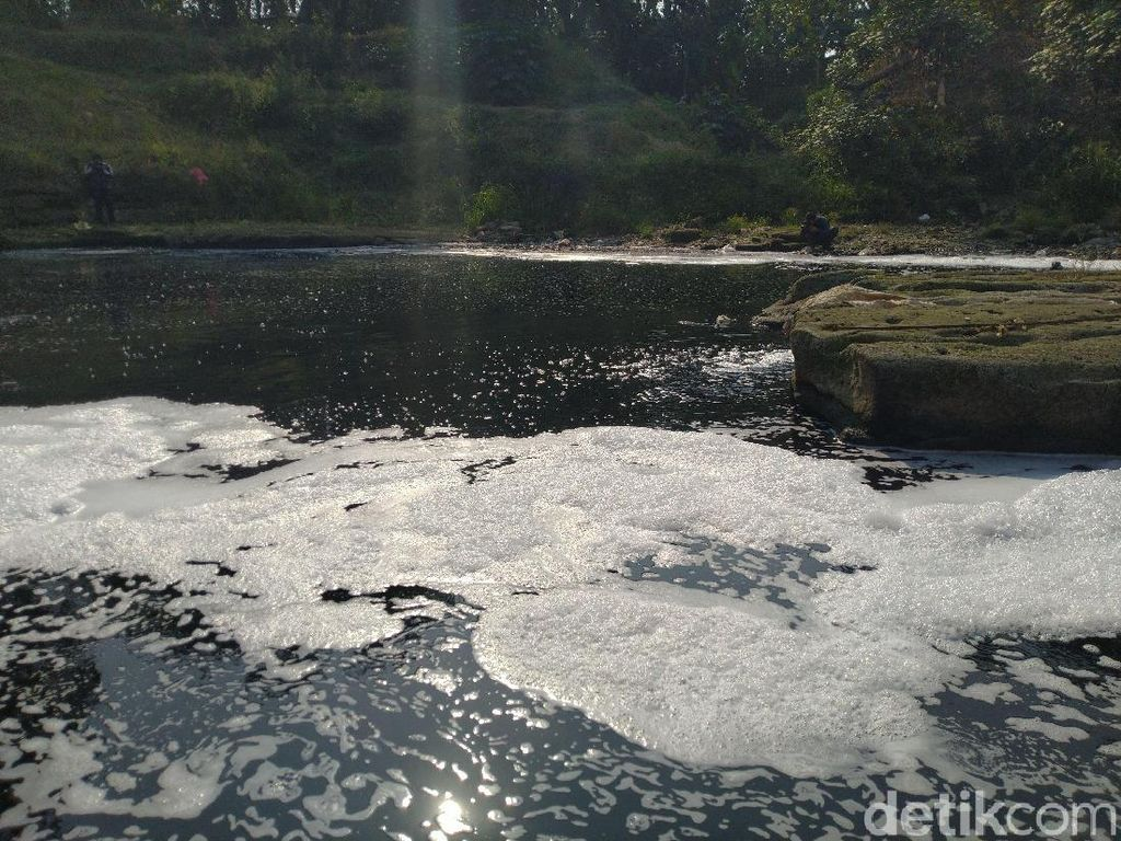 Bupati Bogor Janji Bersihkan Sungai Cileungsi yang Hitam-Bau karena Limbah