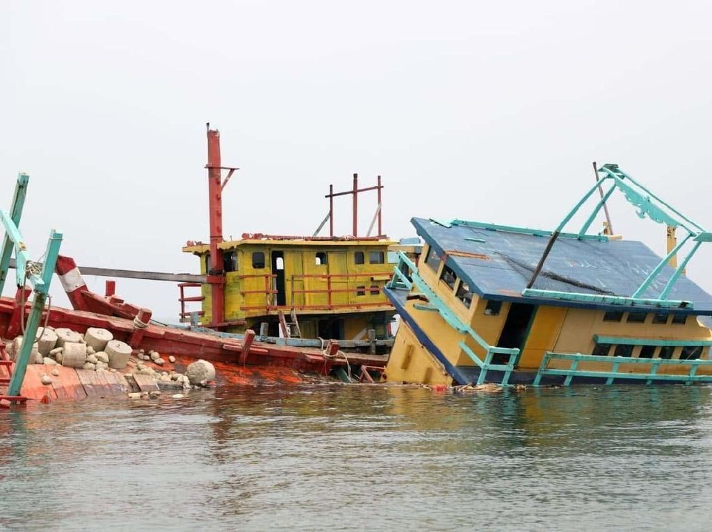 Kapal Maling Ikan Masih Berkeliaran, Trenggono Mau Tenggelamkan?