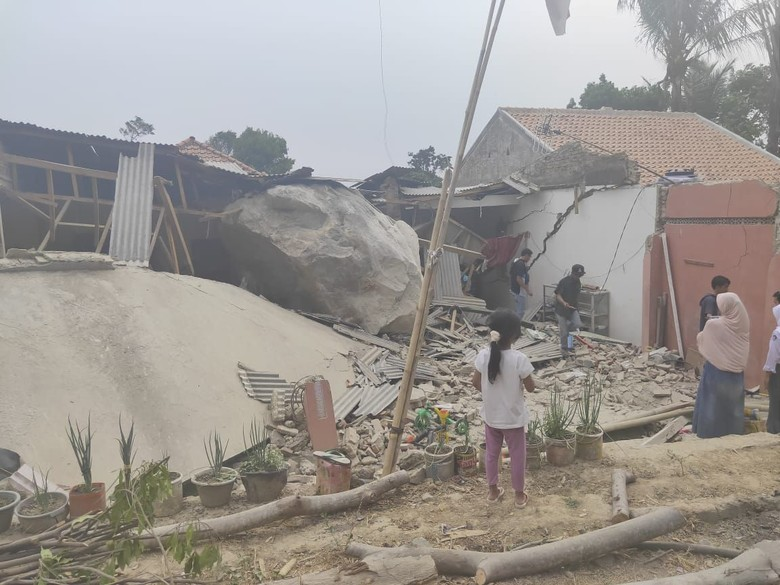 7 Rumah dan Sekolah di Purwakarta Rusak Dihujani Batu Raksasa