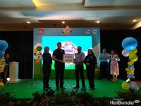 Simbolis kerjasama Cussons dan CT Arsa Foundation, yang diwakili Gatot Murti, General Manager CT Arsa Foundation.