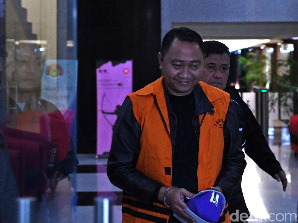 Ekspresi Bupati Lampung Utara Saat Berompi Tahanan KPK