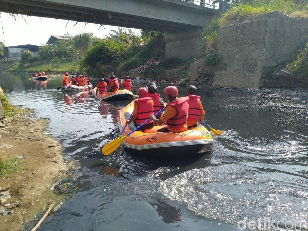 Bupati Bogor Telusuri Sungai Cileungsi, Temui Ikan Mati-Sampah Plastik