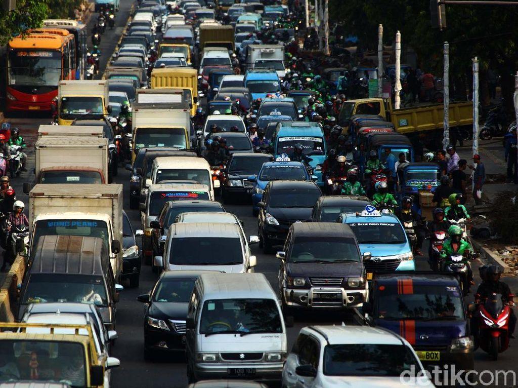 Ada Proyek Pelebaran Trotoar, Kemacetan di Kramat Raya Menggila