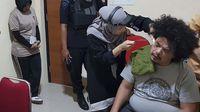 Pihak kedokteran memeriksa kesehatan Surya Anta yang mengeluh sakit selama ditahan di Mako Brimob