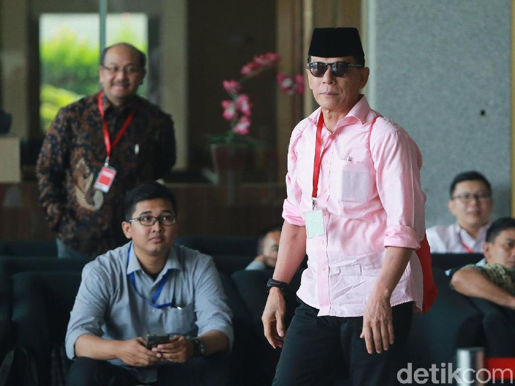 Rizal Djalil Gendong Tas Merah di KPK