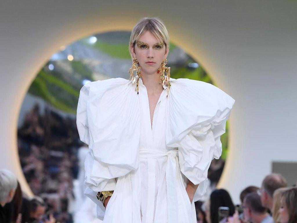 Foto: 12 Koleksi Busana Putih Valentino untuk Musim Semi 2020