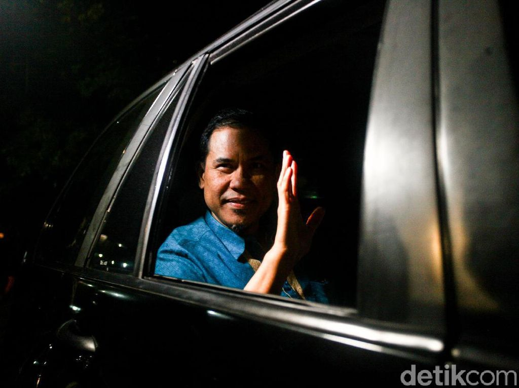 Selesai Jalani Pemeriksaan, Munarman Tinggalkan Polda Metro