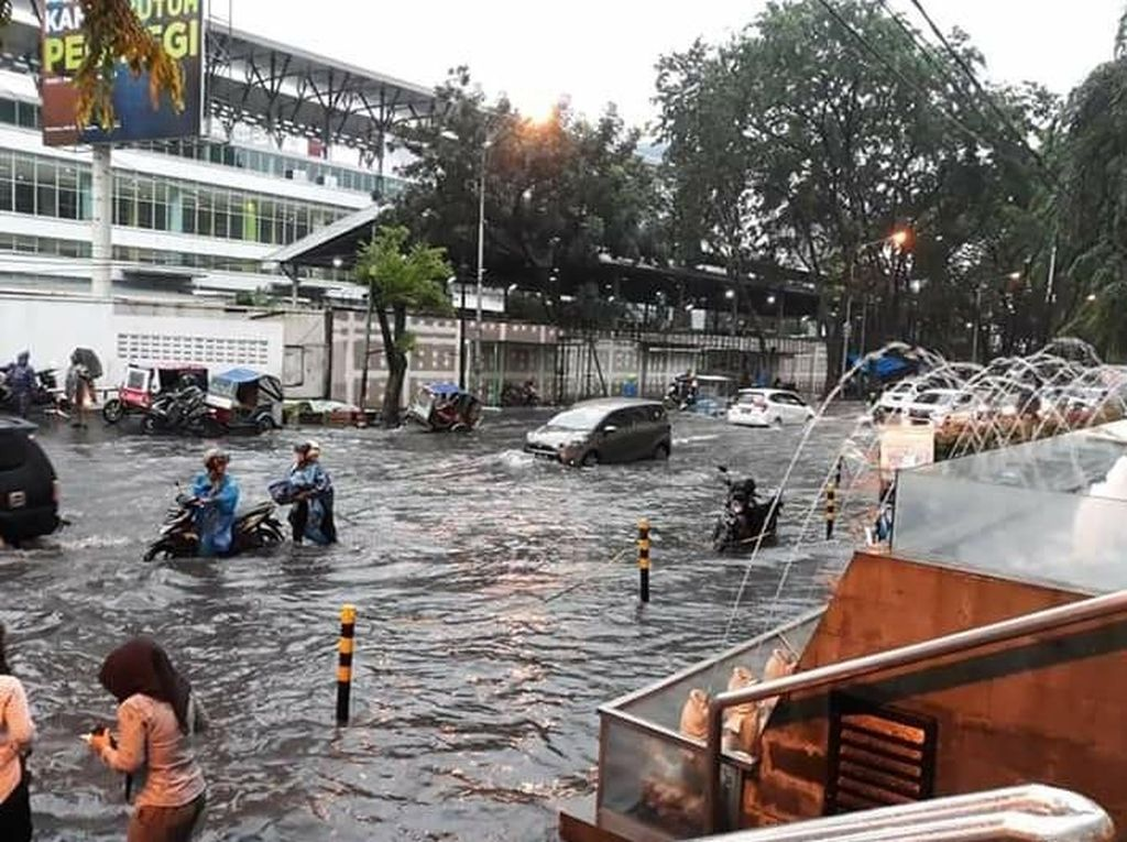 Diguyur Hujan 1 Jam, Jalan Depan Mal Centre Point Medan Banjir