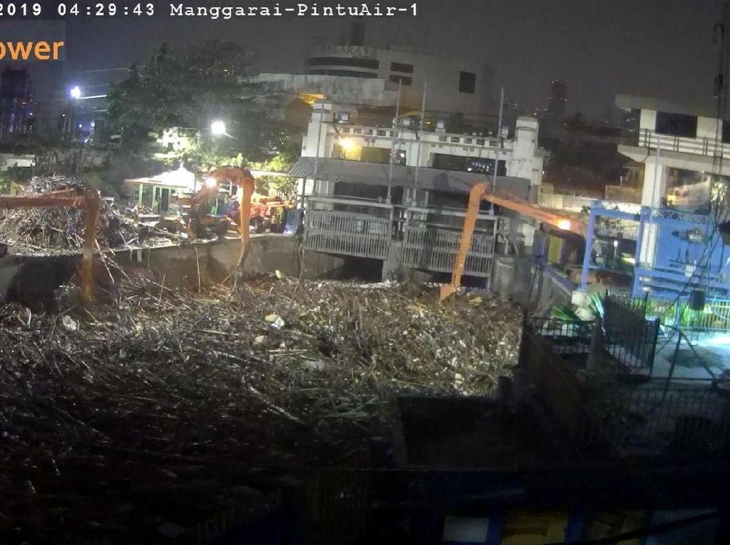 Sampah Menumpuk di Pintu Air Manggarai, Pemprov: 2 Jam Sudah Terangkat